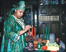 En kvinna tänder Kinaraljusstaken Foto Wikipedia