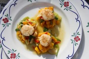 Halstrade pilgrimsmusslor på söt mangosallad. Foto: Caroline Maino