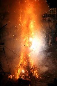 Holikaträd brinner framför Jagdishtemplet i Udaipur, Rajasthan. Foto från Wikipedia