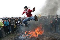 Hoppa över eld hör till Newroz traditioner