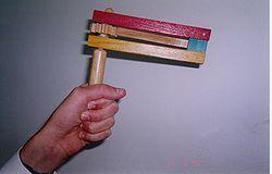 Harskramla för att göra oväsen med. Foto från Wikipedia