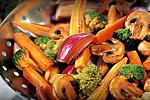 Grönsakswok med broccoli, morötter och champinjoner