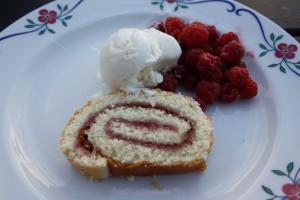 Rulltårta med bär och grädde. Foto: Caroline Maino