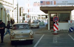 Trabanter passerar Checkpoint Charlie i Berlin från öst till väst 1989. Foto från Wikipedia
