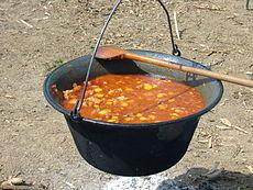 Traditionell kittel för gulyás. Foto från Wikipedia