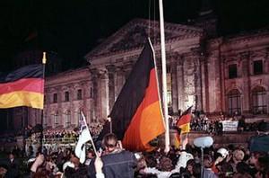 Flaggan hissas när Tyskland återförenas. Foto från Wikipedia