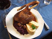 Martinsgås serverad på tyskt vis med rödkål och knödel. Foto från Wikipedia