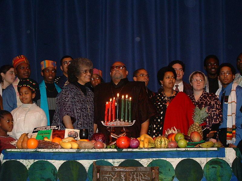 Kwanzaas grundare Maulana Karenga i mitten och hans fru Tiamoyo till vänster, med andra högtidsfirare