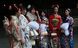 Unga japanskor uppklädda för Sijin no hi. Foto från Wikipedia