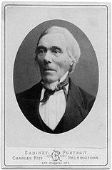 Elias Lönnrot (1802-1884) var läkare, botanist och lingvist. Elias Lönnrot (1802-1884) var mångsysslare. Bland annat var han professor i finska, doktor i medicin och en aktiv skribent i flera tidningar. Inspirationen till Kalevala hämtade han från alla sina studieresor i Finland och Karelen där han lyssnade på runsångare och samlade in sånger och dikter, men han skrev också själv en hel del texter. I samband med sammanställningen hamnade eposet i klass med Odyssén och Illiaden. Svenska kultursällskapet Kalevala är att vara ett forum för vänner och forskare som sysslar med Kalevala och östersjödiktning. Foto: Wikipedia