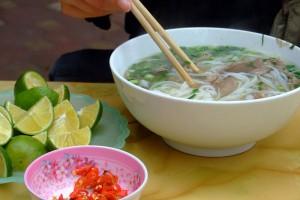 En skål rykande pho med tillbehör i Cầu Giấy, à Hanoï. Foto från Wikipedia