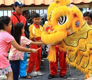 Kinesiska nyåret firas med lejondans i Indonesien.