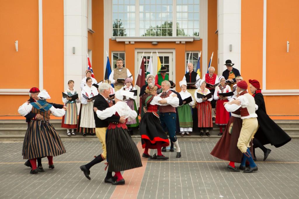 Dans är hälsosamt. Här dansar Folkdansgillet Kedjan i lettiska Sigulda. Foto: Lettiska kulturcentret