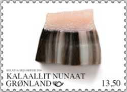 Mattak, det grönländska namnet för narvalens eller vitvalen råa hud, är en annan traditionell specialitet på Grönland. Mattak, som är en viktig källa till C-vitamin, kan avnjutas med lite salt, kryddor och sojasås eller hur familjen normalt äter det.