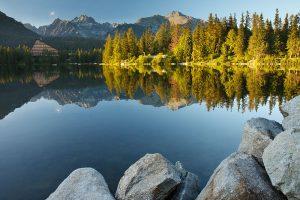 Sjön Štrbské pleso i Tatrabergen. Foto: Indrik Myneur