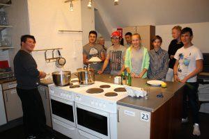 Här är åtta av de tio ungdomar som lagar mat tillsammans Foto: Caroline Maino