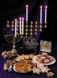 Chanuka firas med ljus, latkes, pepparkakor med mera Foto: Karl Gabor