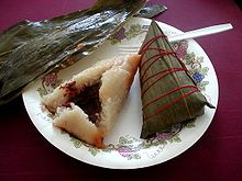 Zongzi färdig att äta och insvept i bambublad