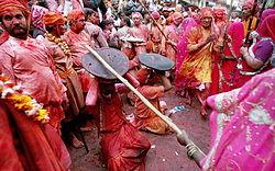 I norra Indien, I regionen Braj, slår kvinnorna männen på skoj. Männen skyddar sig med sköldar. Denna dag får männen acceptera vadhelst kvinnorna gör med dem. Denna ritual kallas Lath Mar Holi. Foto från Wikipedia