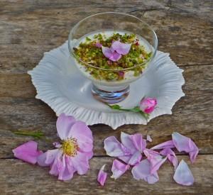 Yoghurtmousse med rosenbladsmarmelad. Foto från http://www.aglaiakremezi.com/