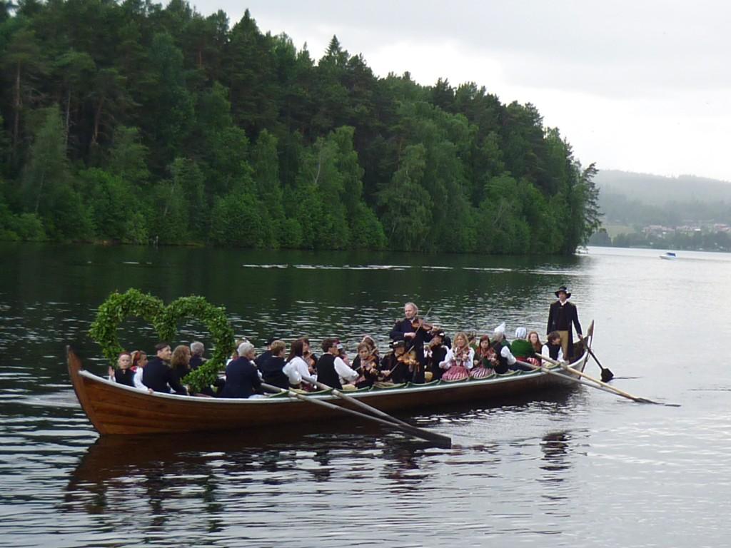 Kyrkbåtar med spelmän Foto: Ulla Tornvall