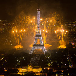 Fyrverkerier och Eifreltornet 14 juli i Paris. Foto från Wikipedia