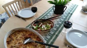 Vegetarisk lasagne med fetaostsallad och rött vin Foto: Lena Ahlström