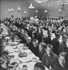 I slutet av 1800-talet började skolbespisningen byggas ut. Foto: Skolmatens vänners hemsida