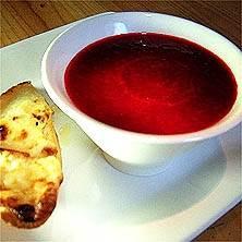 Rödbetssoppa och chèvregratinerat bröd Foto från Tasteline
