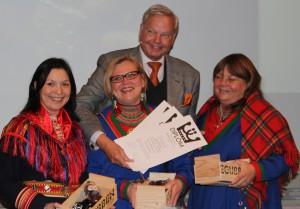 """Victoria Harnesk, Anneli Jonsson och Maria tar emot pris för """"Smak på Sápmi: samisk mat - tradition, innovation och framtid"""" Foto: Lena Ahlström"""