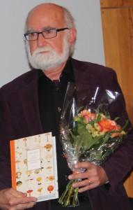 Anders Hirell med sin bok om matsvampens historia Foto: Lena Ahlström