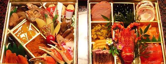 """Rätter på det """"japanska smörgåsbordet"""" Osechi ryouri ofta presenterade i en Jubako-ox Kuromame kokas med mycket socker, rätt så mycket sojasås och lite salt. För att koka mjukt tilläggs bikarbonat och för att få fin svart färg kokas allt tillsammans med en järnspik. Kuromame kokas på lågvärme, med locket på, i ca 5 timmar. Namasu (lätt inlagd rättika och morot) Namasu är väldigt fräsch och enkel att göra. Strimla rättika och morot smalt och salta dem och låt sedan stå. Krama ur vattnet och lägg rättika och morot i vinäger samt lite socker och salt. I vanliga fall tilläggs en sorts citrusfrukt som heter yuzu (kan stavas yuzo i Sverige) men jag provade med citron i stället. Det blev inte samma doft och smak men det var lika fräscht och gott!"""