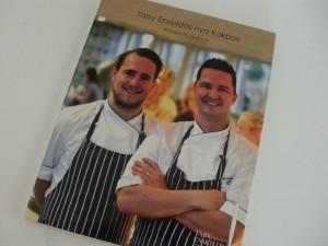 Kockarna Henrik Forsell och Tobias Bentley på omslaget till Täby Enskildas nya kokbok Foto: Tomas Wallentinus