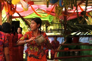 En flicka firar theravadiskt nyår med att hälla vatten vid festligheter i Yangon, Burma. Foto: Htoo Tay Zar
