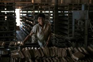 Tillverkning av taktegel. På denna fabrik jobbar många barn tolv timmar om dagen sex dagar i veckan. Foto: Johan Bünger
