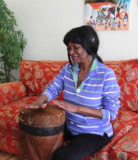 Att trumma är en traditionellt manlig sysselsättning i Tanzania, men Dorothy lärde sig ändå trumma för att göra sin mamma glad Foto: Lena Ahlström