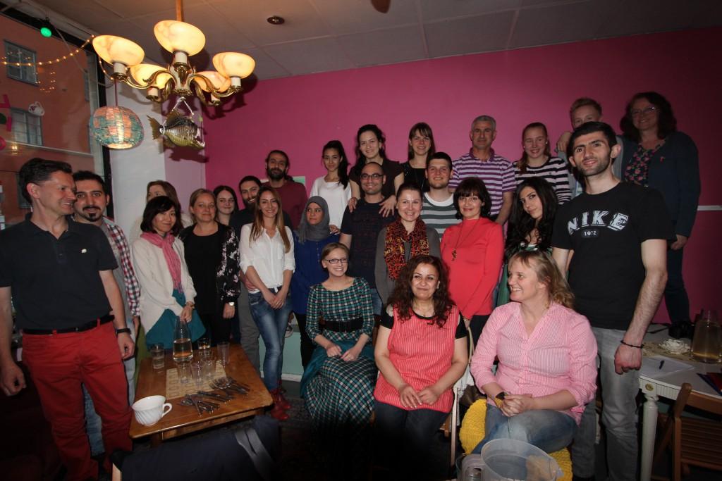 26 personer med rötter i elva länder träffades för att mingla, laga syrisk mat och äta tillsammans  Foto: Lena Ahlström