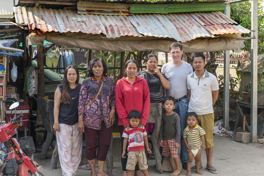 Johan Büngers familj i Kambodja. Johan näst längst till höger, Johans fru Daridav längs till vänster.