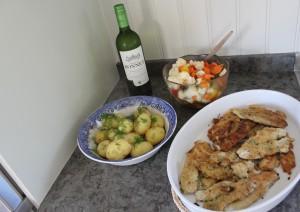 Senapsstekt abborrfilé med syrliga grönsaker och färsk potatis Foto: Lena Ahlström