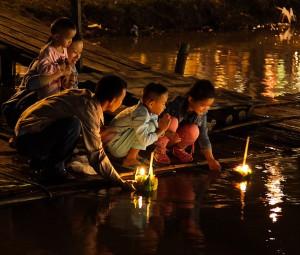 Vid Loi Krathong i Thailand får hat och ilska flyta iväg. Foto: John Shedrick