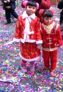 Rödklädda flickor i Hong Kong firar nyår. Foto: Fæ