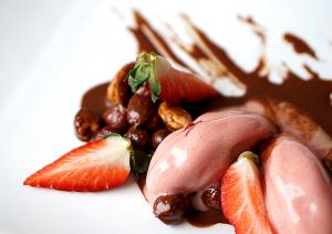 Hassel- och chokladslungade nötter med jordgubbssorbet Foto: Gröna kassen