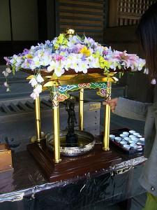 Att hälla vatten eller örtte över en Buddhastaty hör till traditionen i Japan.